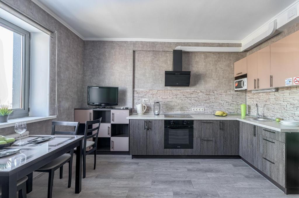 A kitchen or kitchenette at Ваша Зона Комфорта у ТРЦ Красный Кит #0138
