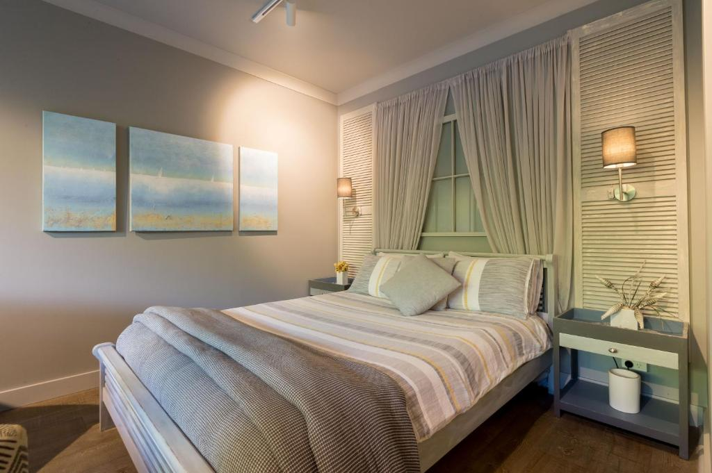 A bed or beds in a room at Sailaway Beach House