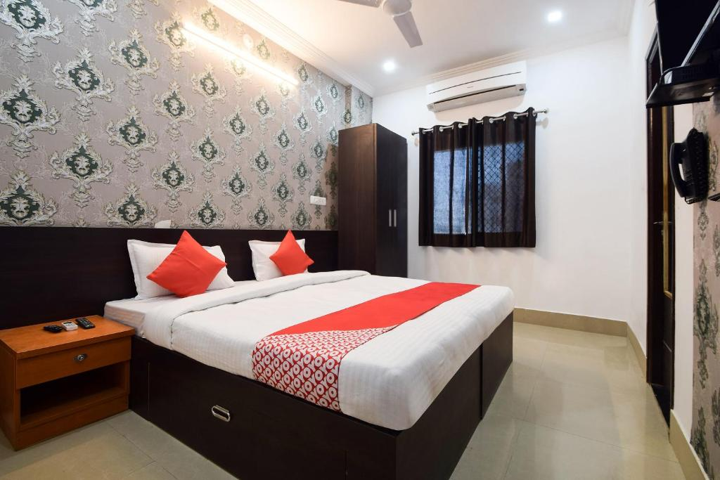 A bed or beds in a room at OYO 28143 Hotel Abhinam