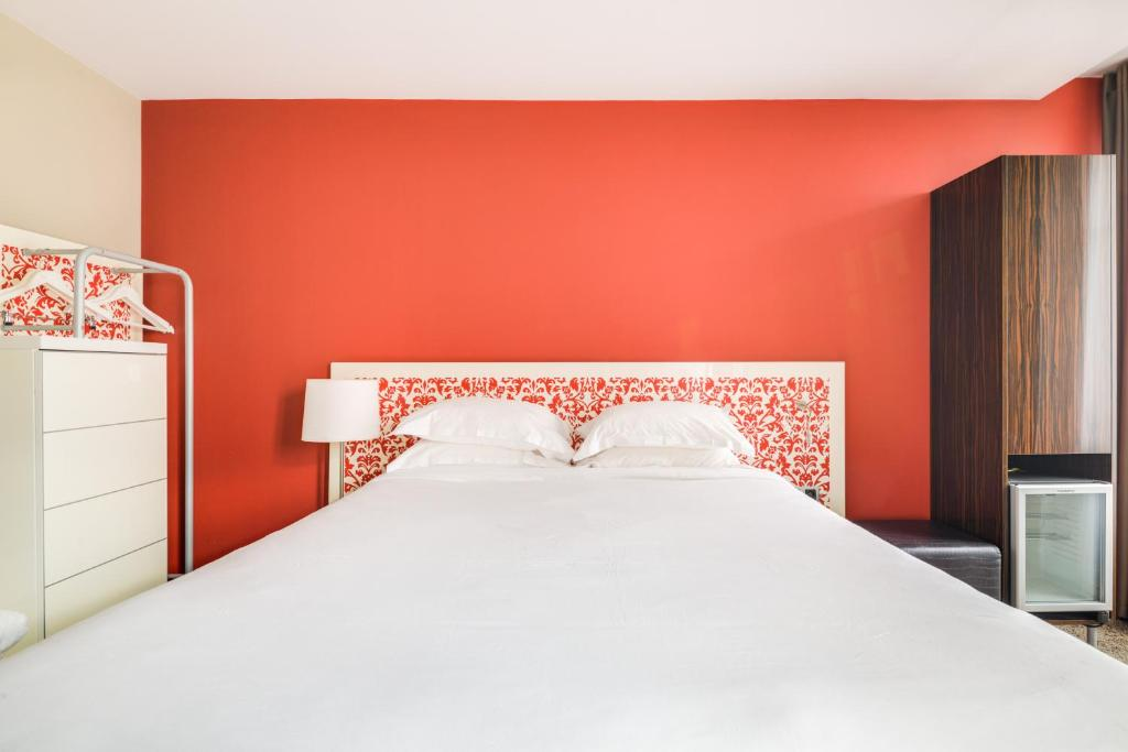 A bed or beds in a room at Pavillon Nation