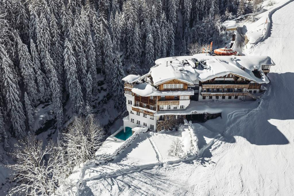 Mooser Hotel during the winter
