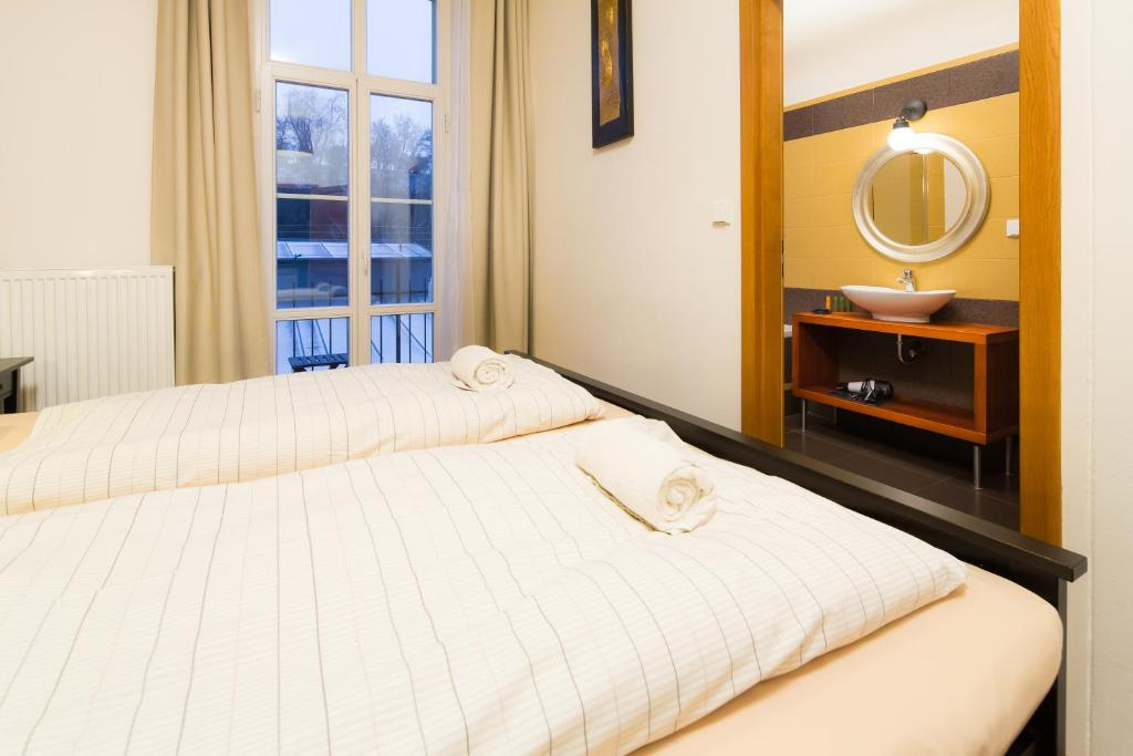 Elen's Apartments Prague - FREE garage parking 객실 침대