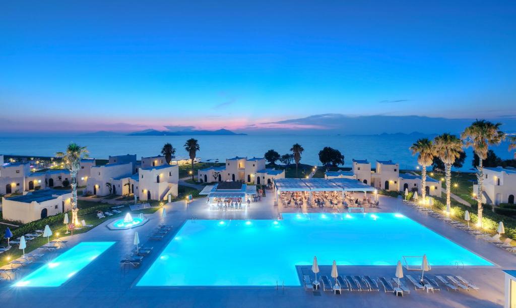 Het zwembad bij of vlak bij The Aeolos Beach Hotel