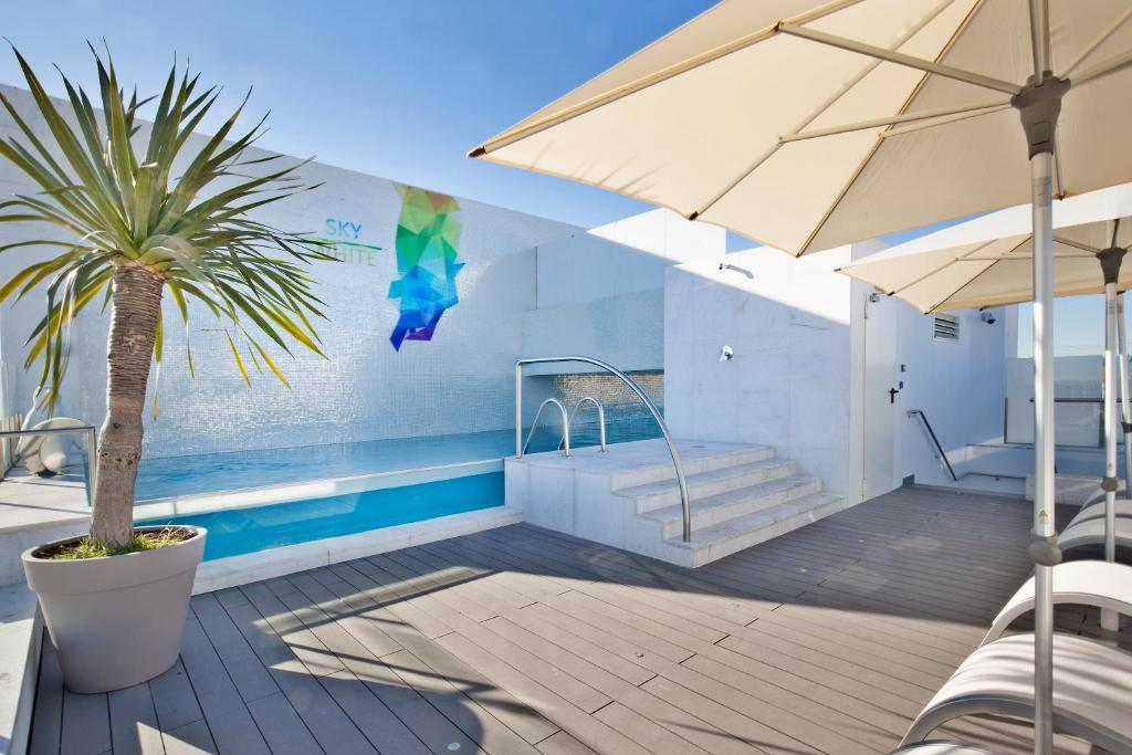 The swimming pool at or close to Hotel White Lisboa