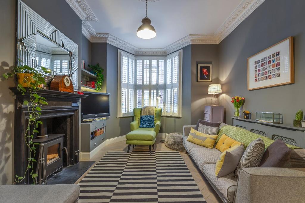 A seating area at Veeve - Homely Chic
