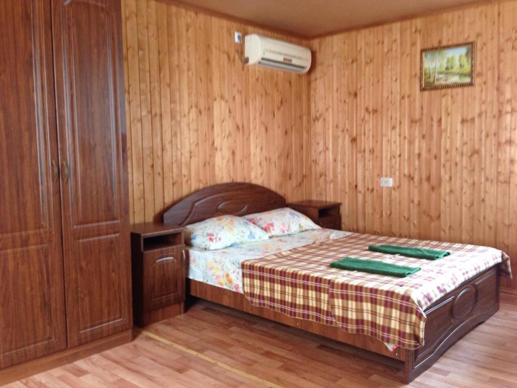 A bed or beds in a room at Олимпийские домики - 200 метров до пляжа