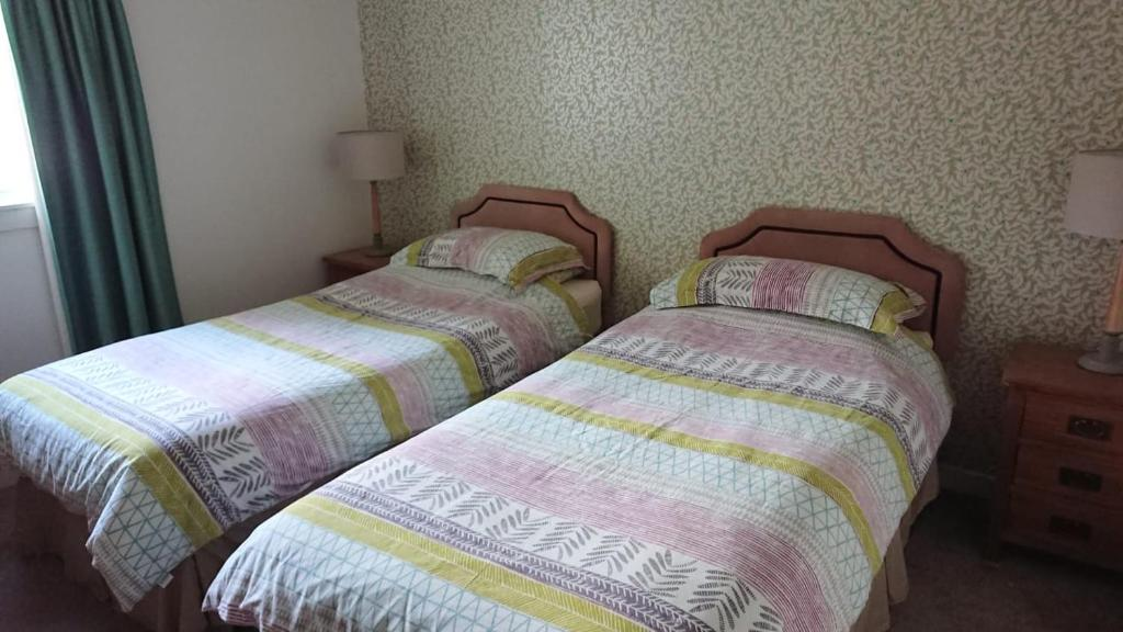A bed or beds in a room at Kings Arms Holiday Apartments