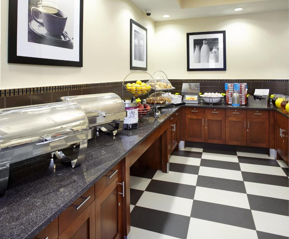 A restaurant or other place to eat at Hampton Inn Cleveland-Downtown