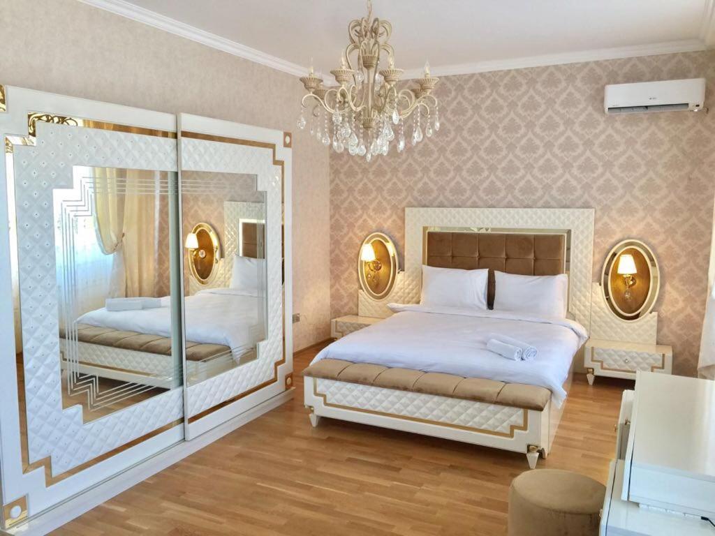 Cama ou camas em um quarto em Jireh Baku Royal Apartments