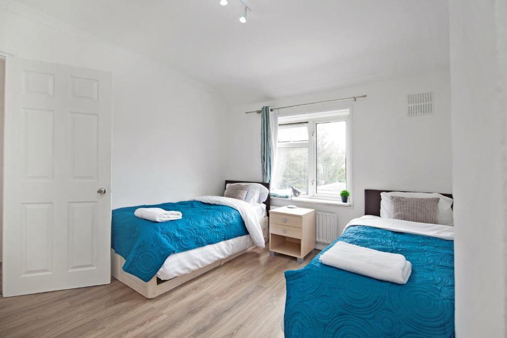 A bed or beds in a room at Dagenham 4 Bedhouse RM10