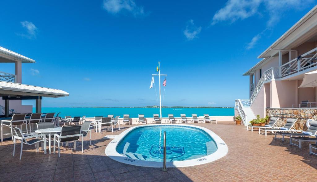 Der Swimmingpool an oder in der Nähe von Peace and Plenty Resort