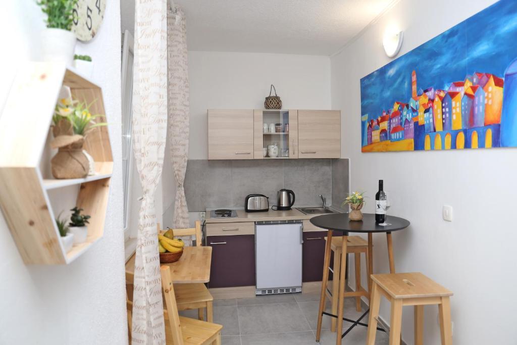 A kitchen or kitchenette at Hostel Korcula