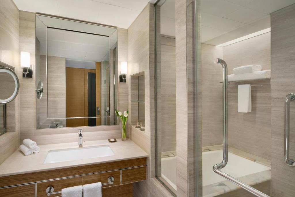 Ein Badezimmer in der Unterkunft Shangri-La Kerry Hotel, Beijing