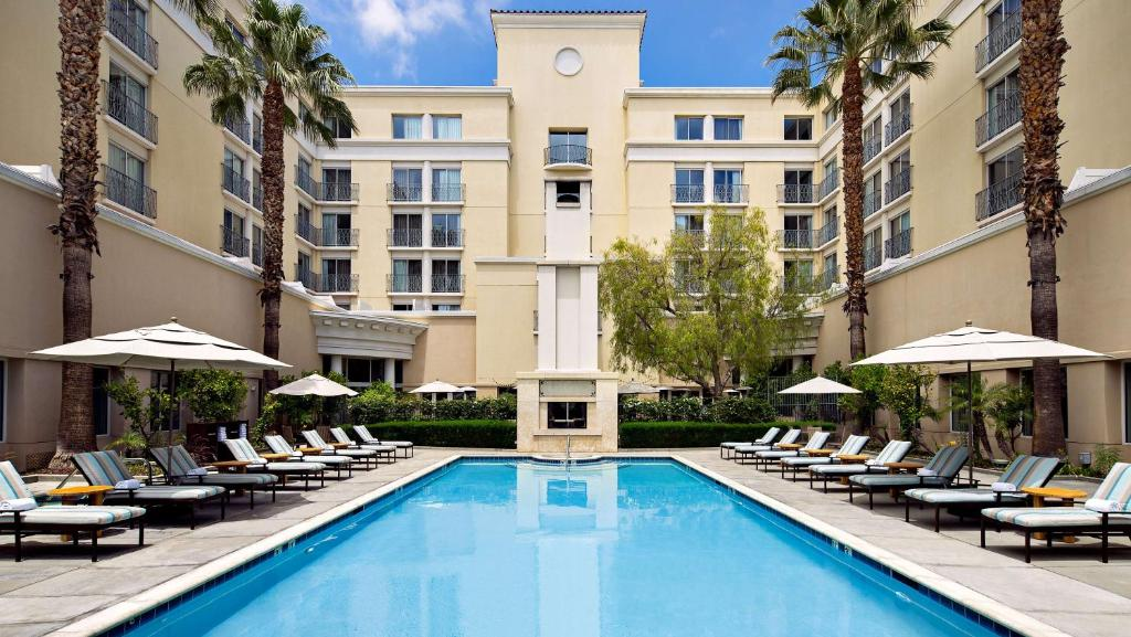 The swimming pool at or near Hyatt Regency Valencia- Magic Mountain
