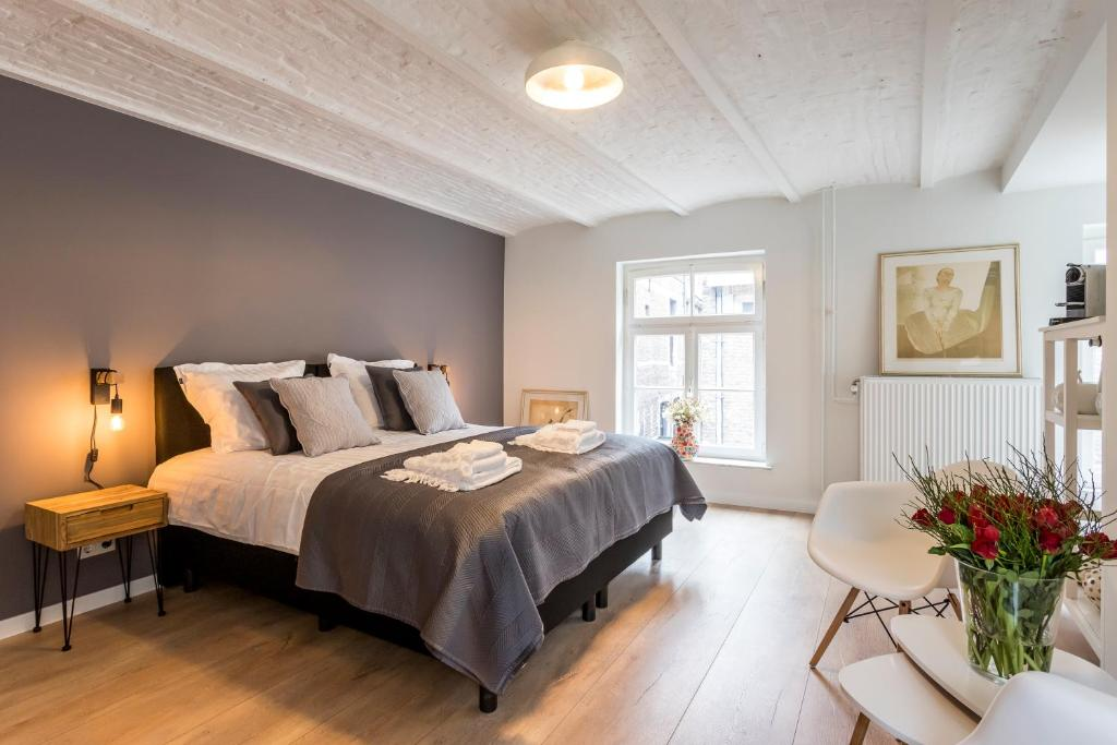 A bed or beds in a room at B&B Gracht 62