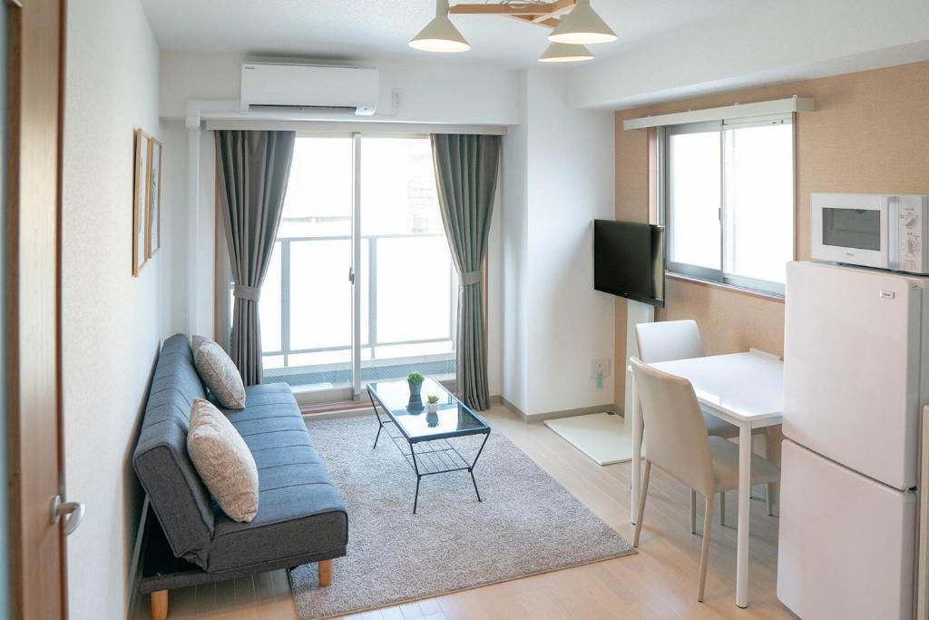 A seating area at LY Inn Tokyo Bakurocho