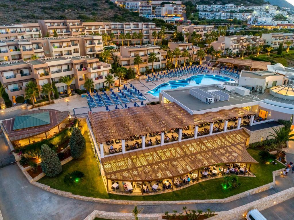 Een luchtfoto van Grand Hotel Holiday Resort