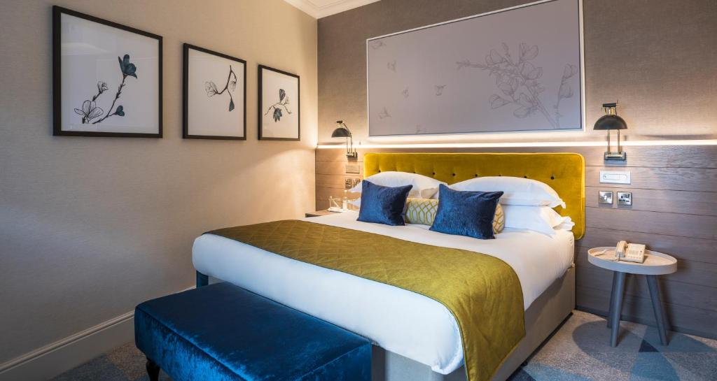 A bed or beds in a room at Sloane Place