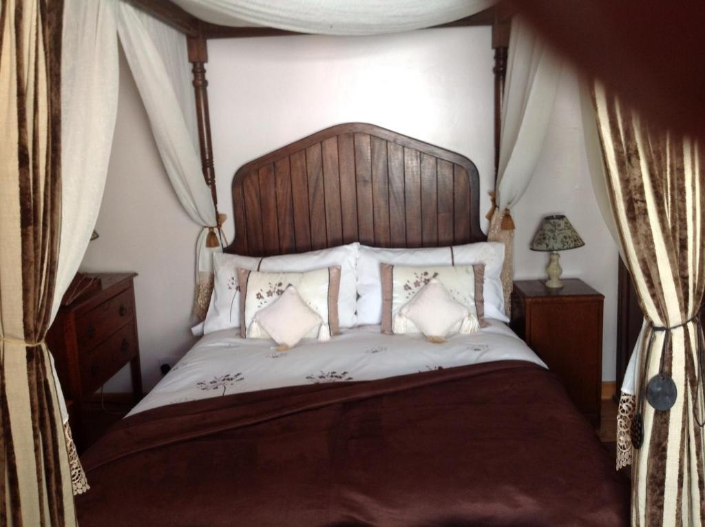 A bed or beds in a room at Alice Guest house
