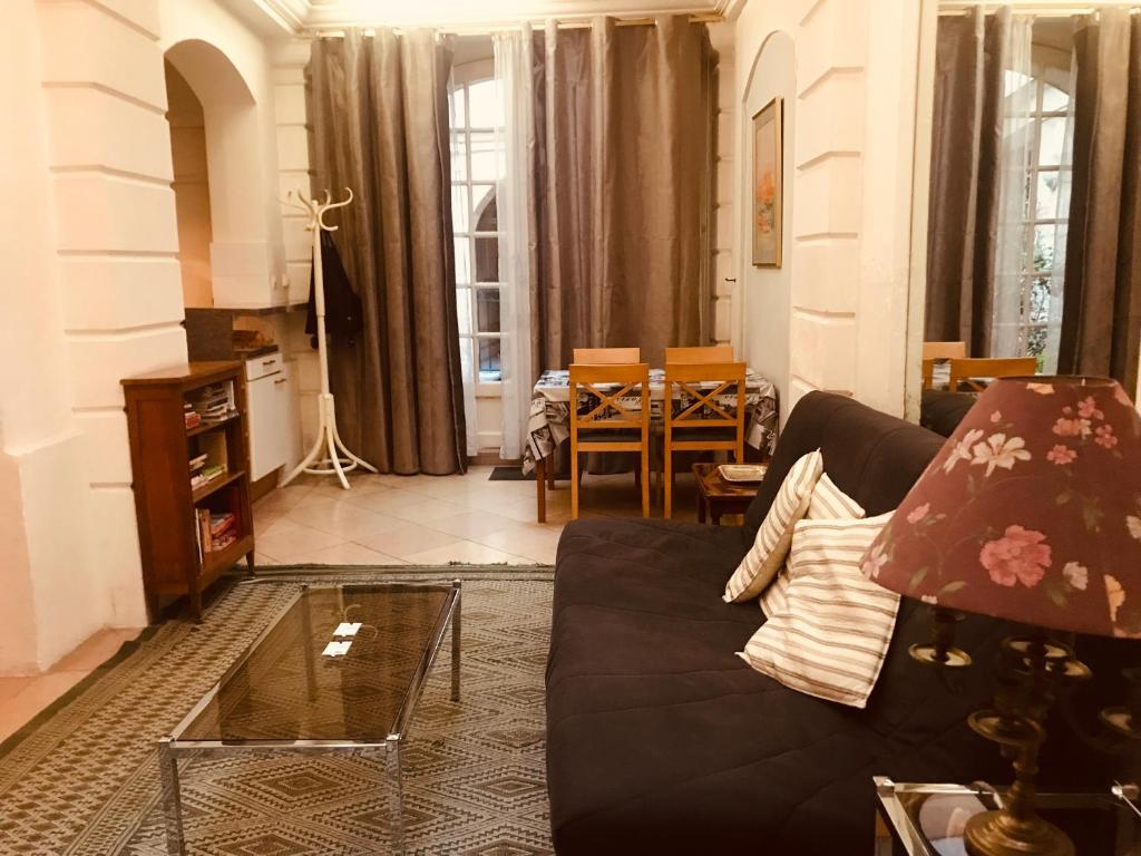 A restaurant or other place to eat at Apartment Living in Paris - Séguier