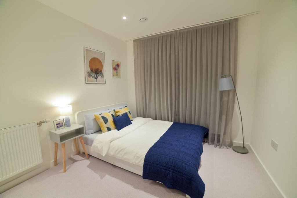 A bed or beds in a room at Superhost's Brand New Luxury London Flat