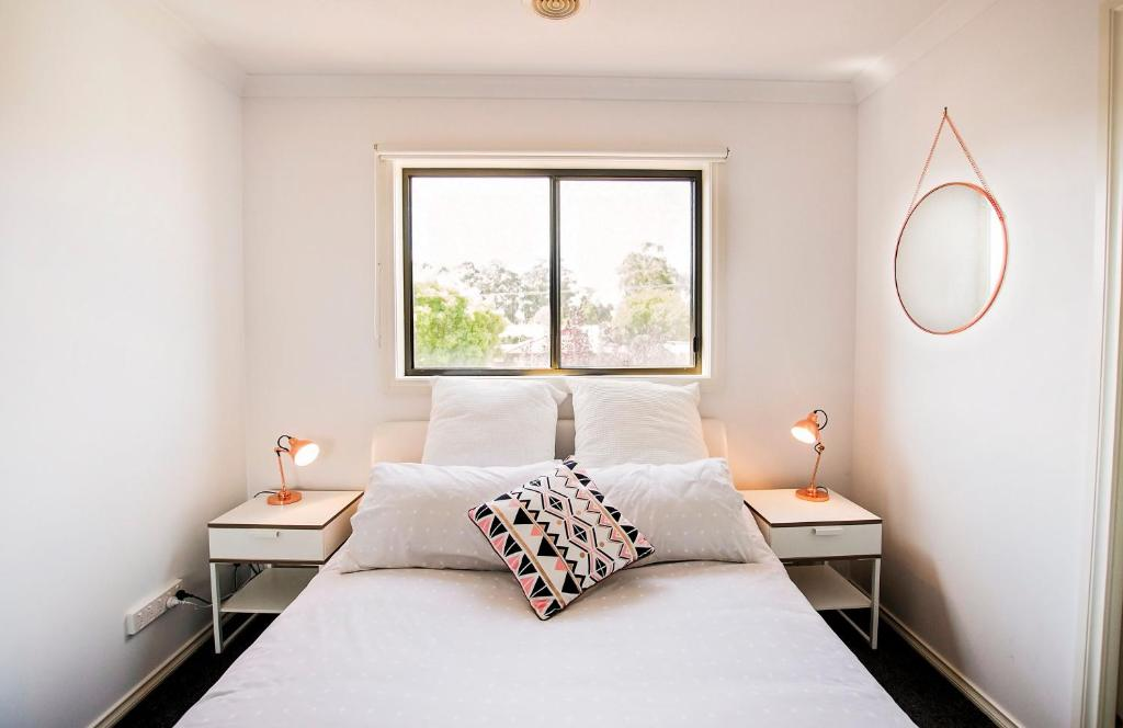 A bed or beds in a room at Regent Retreat - Echuca Moama Holiday Accommodation