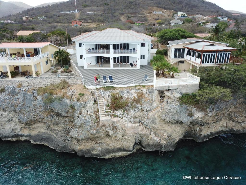 Uma vista aérea de Whitehouse Lagun Apartments
