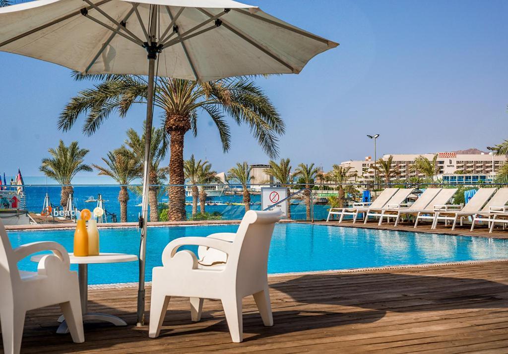 בריכת השחייה שנמצאת ב-מלון אסטרל מאריס או באזור