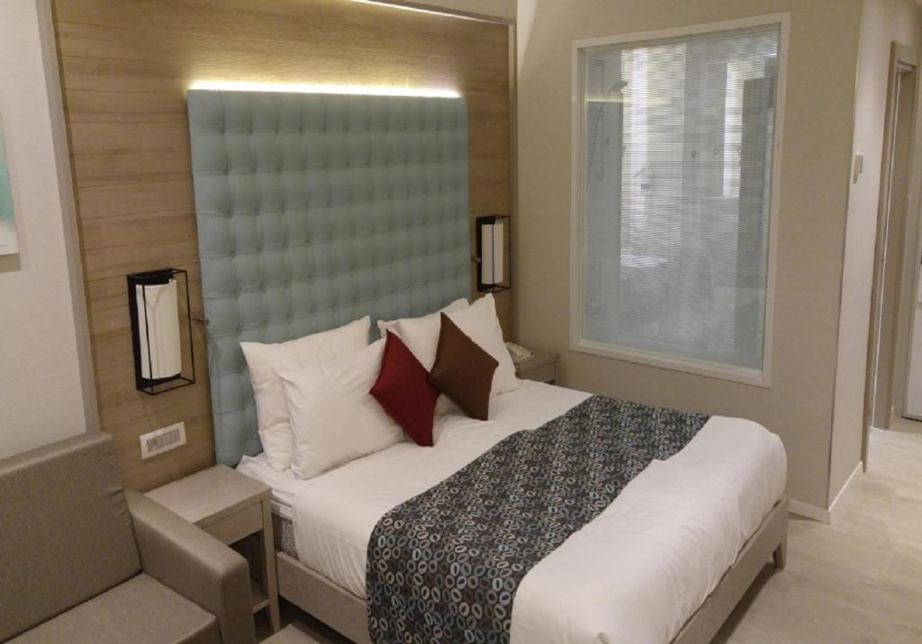 מיטה או מיטות בחדר ב-מלון אסטרל ויליג