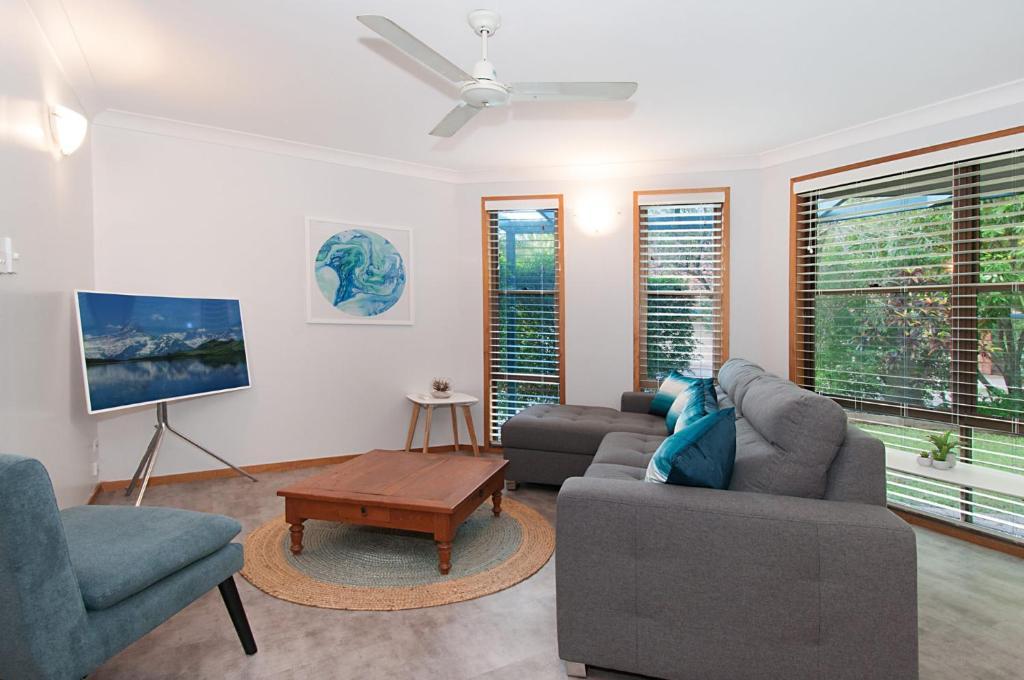 A seating area at Calinda Sol 7 Byron Bay