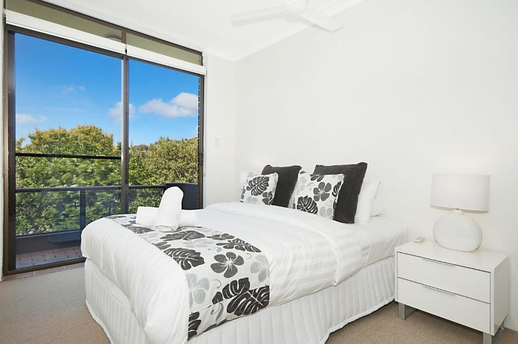 A bed or beds in a room at Koranba on Lawson - Byron Bay