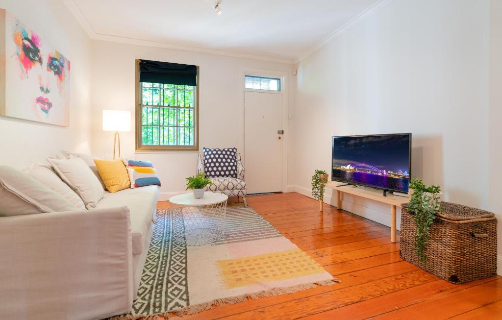 A seating area at P272-Good location Pyrmont apt near The Star & ICC