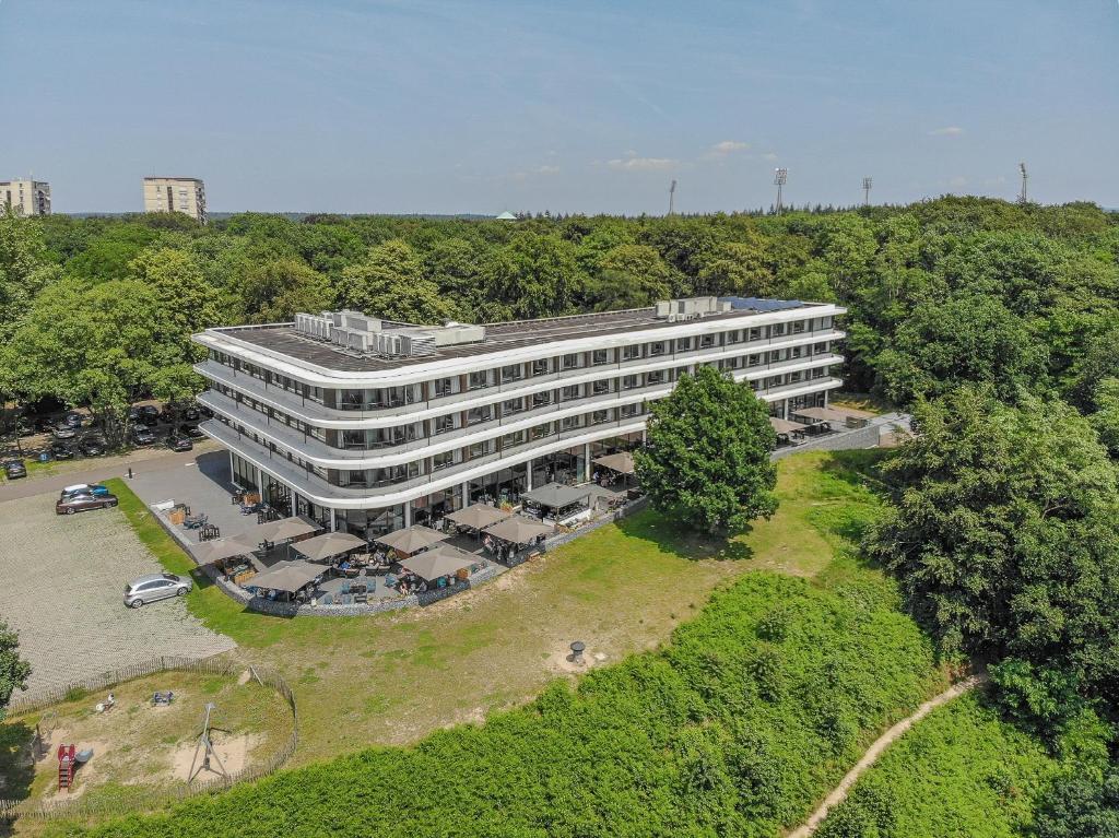 Een luchtfoto van Fletcher Hotel-Restaurant de Wageningsche Berg