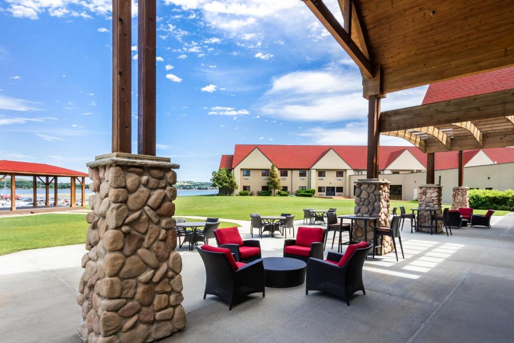 A restaurant or other place to eat at Arrowwood Resort at Cedar Shore