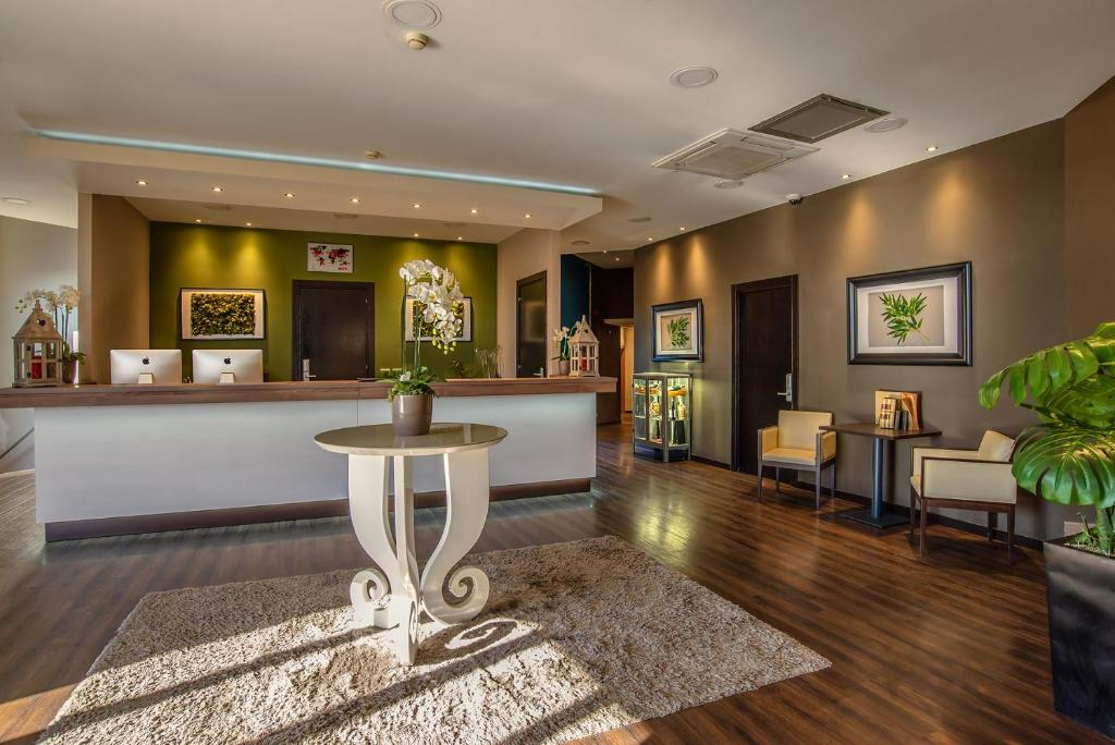 The lobby or reception area at Hotel Roma Sud