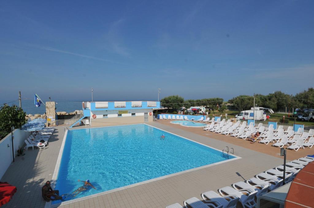 Vista sulla piscina di Camping Village Eurcamping o su una piscina nei dintorni