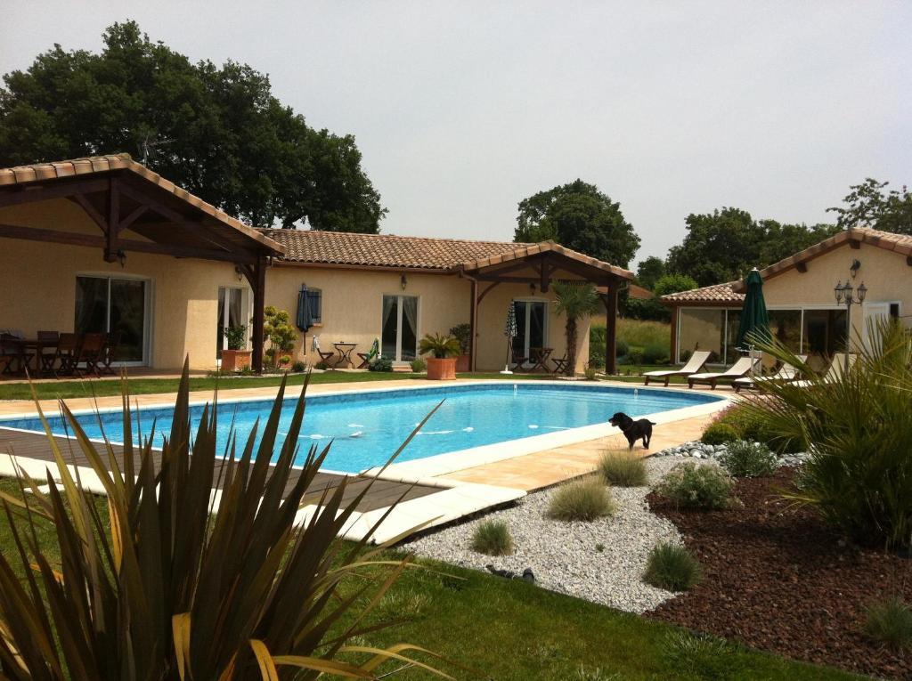 The swimming pool at or close to LE CLOS CASTEL -Chambre d'hôtes - Gîte équipé