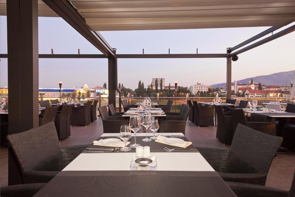 A restaurant or other place to eat at Hotel City Maribor