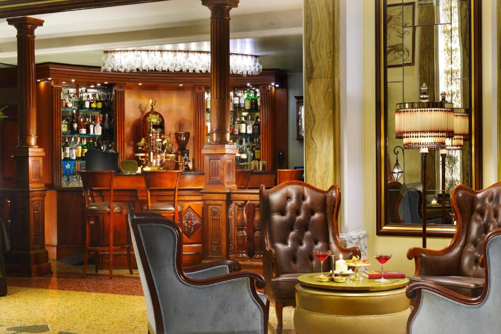 The lounge or bar area at Grand Hotel Savoia