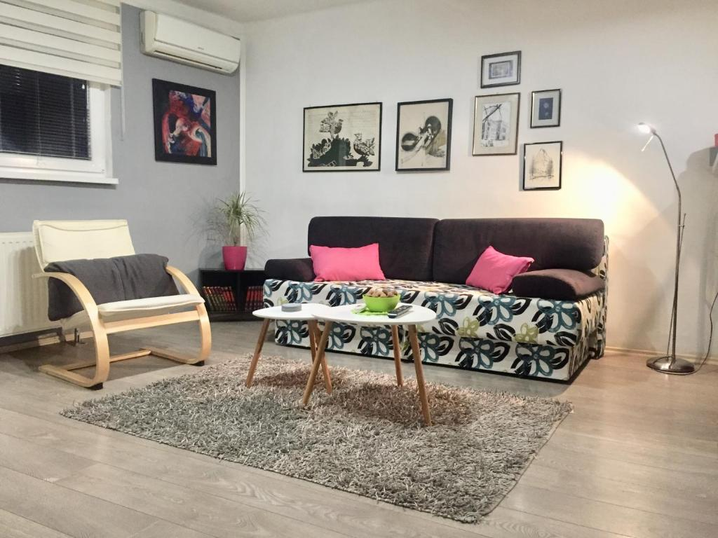 A seating area at Apartment Inn including free parking
