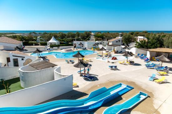 Vue sur la piscine de l'établissement Oh! Campings - Le Clos du Rhône ou sur une piscine à proximité