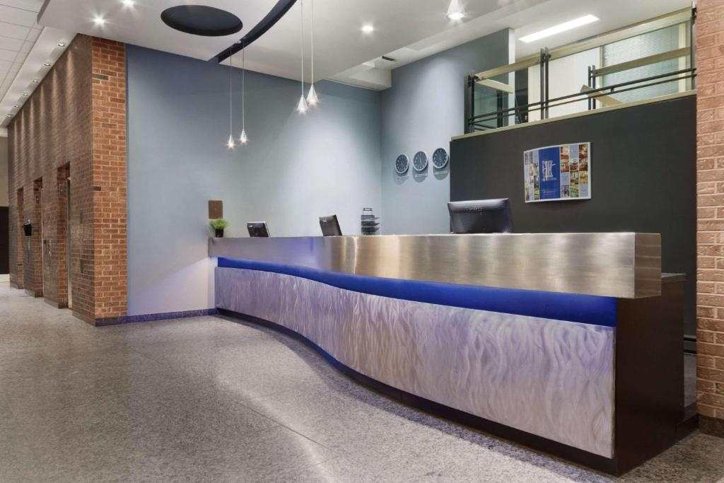 The lobby or reception area at Travelodge by Wyndham Montreal Centre