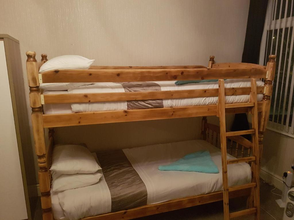 Picture of: Woodville Lodge Leeds Uk Booking Com