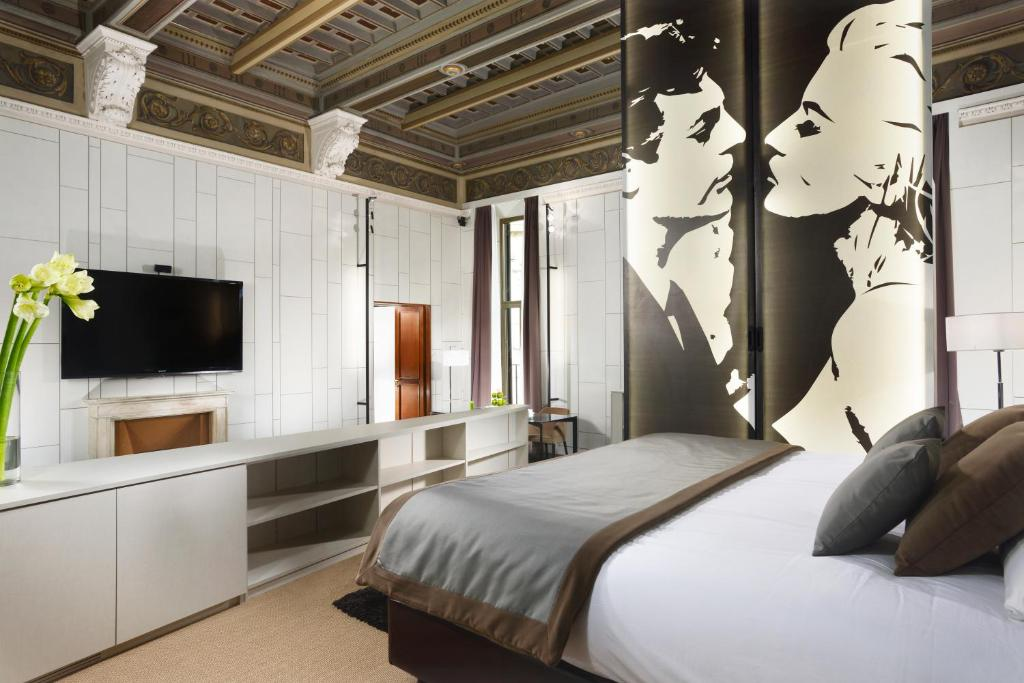 A bed or beds in a room at Piazza Del Gesu' Luxury Suites