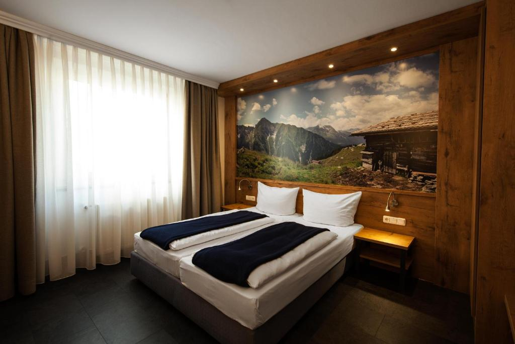 A bed or beds in a room at Paulaner am Dom Wirtshaus und Hotel