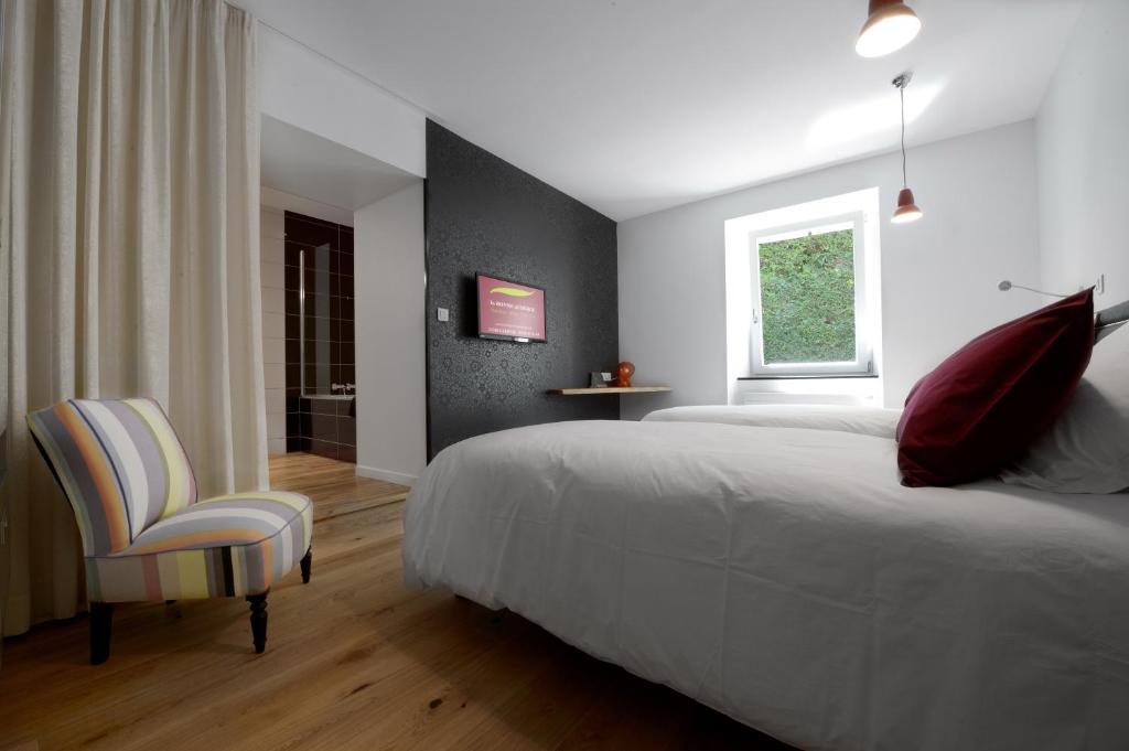 Ein Bett oder Betten in einem Zimmer der Unterkunft La Bonne Auberge