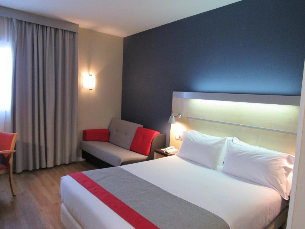 A bed or beds in a room at Holiday Inn Express Valencia Bonaire