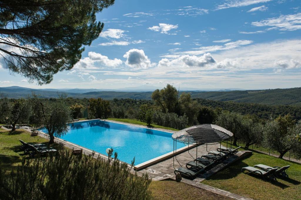 Vista sulla piscina di Casa Vacanze Villa Giusterna o su una piscina nei dintorni