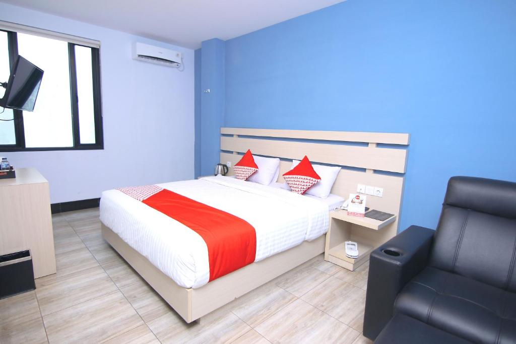 A bed or beds in a room at OYO 592 Budget Hotel by the Harbour