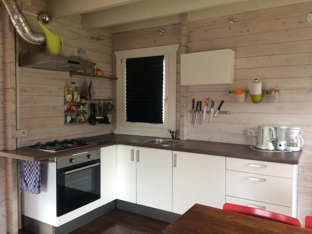 A kitchen or kitchenette at Thuiskomen, tm 13 dec 2020 niet voor recreatief gebruik